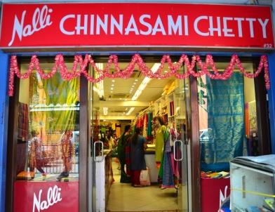 Toko Yang menjual baju tradisional