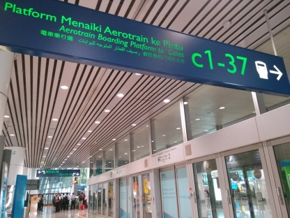 Platform aerotrain yang menghubungkan terminal domestik dengan internasional