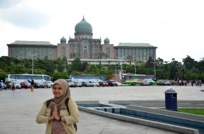 Akhirnya Dora sampai juga di komplek pemerintahan Putrajaya