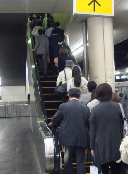 Etika naik eskalator di Osaka. Sumber:Google