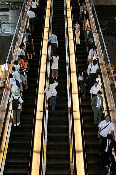 Etika naik eskalator di Tokyo. Sumber: Google Sumber:Google