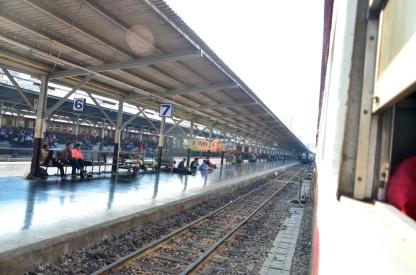 Kereta melaju meninggalkan stasiun Hua Lamphong