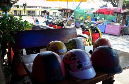 Kios rental sepeda dan motor dengan helm unyu-unyu