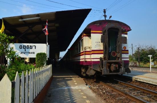 Kereta yang berhenti di stasiun Ayutthaya