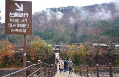 jembatan penyebrangan menuju Desa Ogimachi, Shirakawago