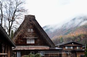 Rumah Gassho dengan pohon yang sudah gugur daunnya